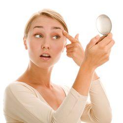 眉毛ニキビはなぜ起こる?眉毛の中のニキビができる原因や対策について